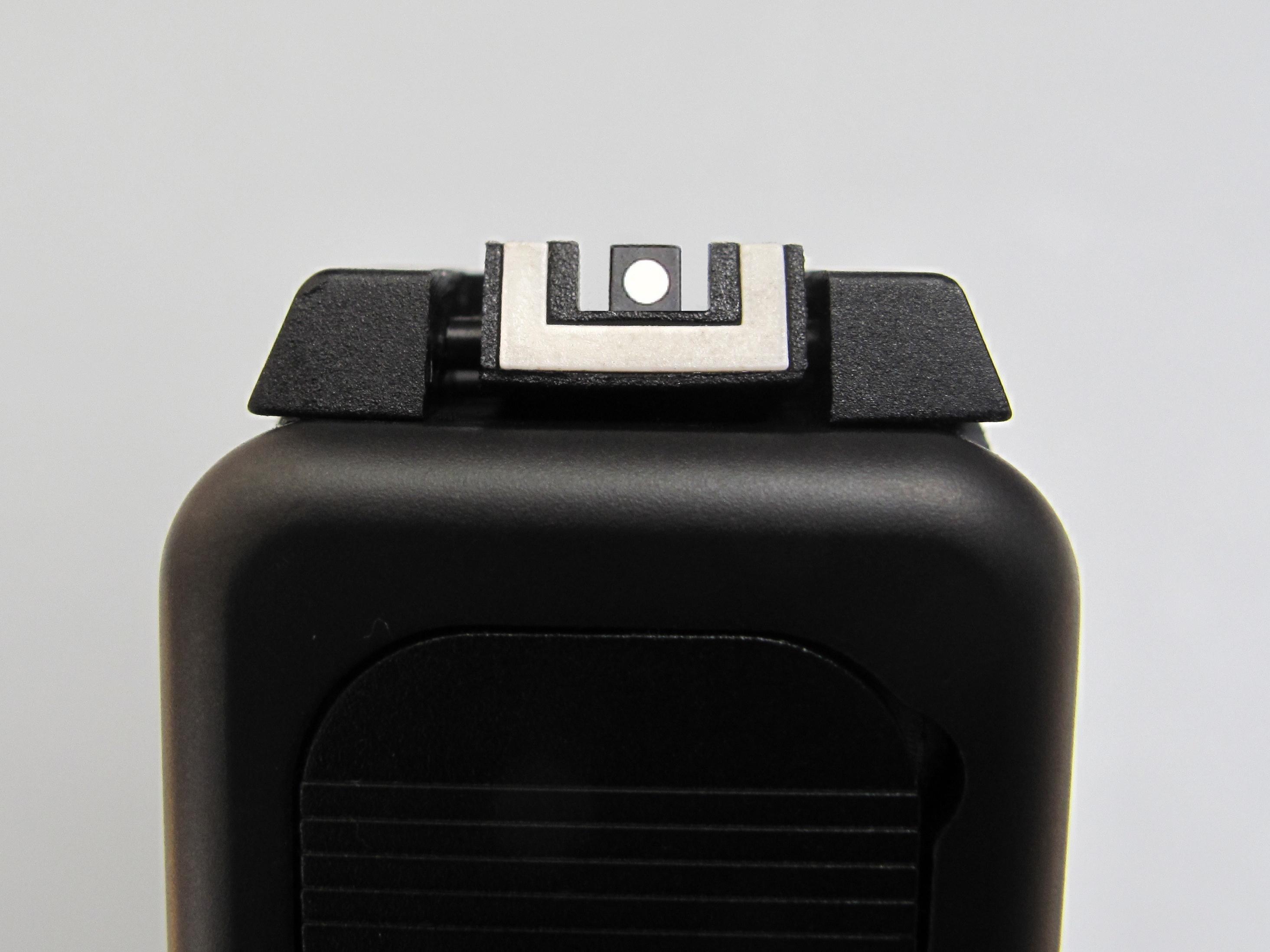 Voici une photo illustrant le positionnement correct du guidon à l'intérieur du cran de mire au moment de la prise de visée. Il s'agit ici d'un pistolet Glock muni d'une hausse réglable, mais la façon d'aligner ces deux éléments est la même quelle que soit l'arme qu'on utilise.