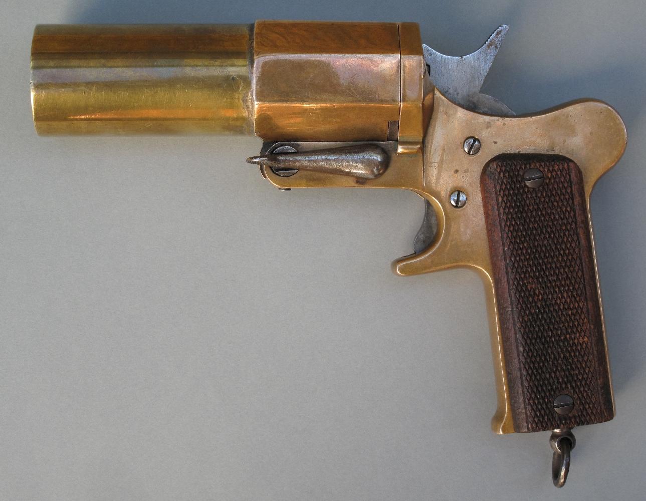 Une version en calibre 35 mm du Modèle 1918 de troupe sera également étudiée, mais elle restera au stade expérimental. L'exemplaire présenté ici porte le numéro 2, sans aucune indication du fabricant.