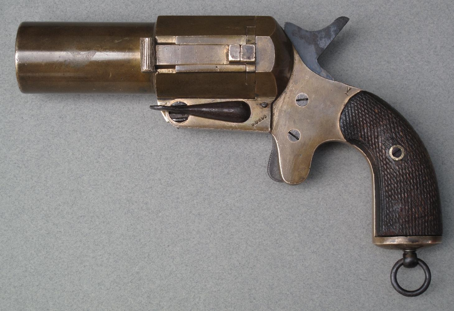 Une version en calibre 35 mm sera développée en 1916 pour un usage spécifique dans l'aviation. Ce pistolet se distingue par la présence d'un extracteur manuel coulissant sur le côté gauche du canon.