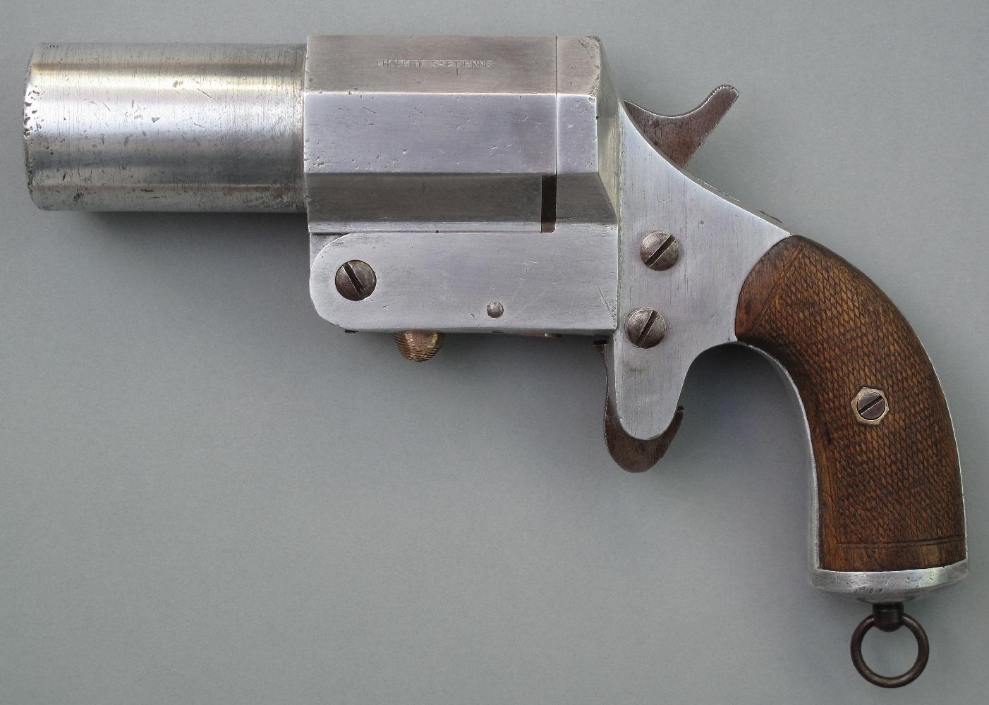 L'année 1917 voit également l'apparition d'un pistolet signaleur réalisé en aluminium, destiné à équiper les aéroplanes. Il est fabriqué à St-Etienne par la maison Chobert et dispose d'un extracteur automatique. Les américains vont adopter en 1918 une copie conforme de ce pistolet pour équiper leurs aviateurs mais la fin de la guerre mettra un terme à ce projet.