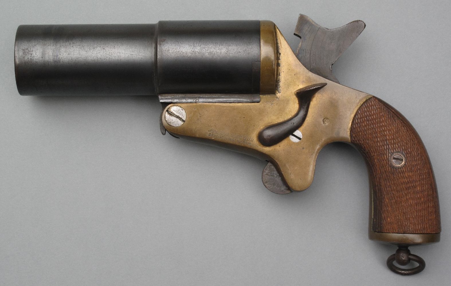 """Une version de calibre 35 mm plus aboutie, mais également plus lourde, sera adoptée par l'aviation sous la dénomination """"Modèle 1918"""". Ce pistolet, qui est produit à St-Etienne par la firme Grivolat Gerest fils et Cie, ne sera diffusé qu'en un petit nombre d'exemplaires en raison de la fin des hostilités."""