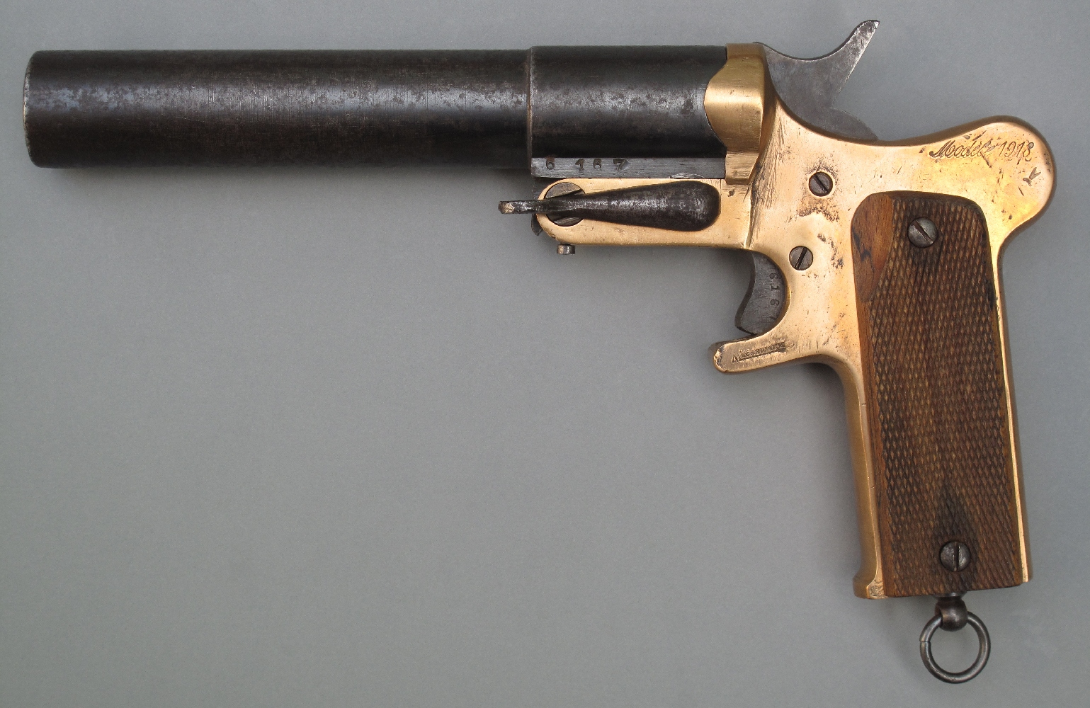Le « modèle 1918 », développé durant la dernière année de guerre, ne présente guère d'innovations, si ce n'est la présence d'un busc proéminant dans la partie haute de la poignée, destiné à mieux assurer la prise en main au moment du tir.