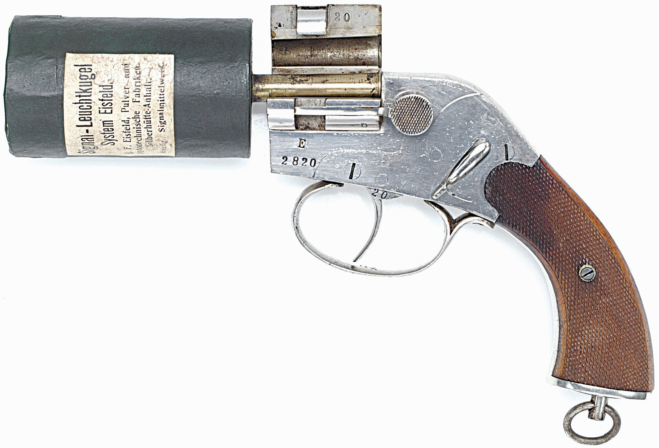 Produit pour l'aviation à partir de 1915, le pistolet allemand modèle « Eisfeld » se démarque par la conception très particulière de sa cartouche, qui permet de tirer une charge volumineuse dans un pistolet de dimensions extrêmement réduites.