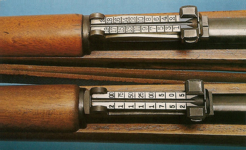 Adaptée au calibre .22 LR, la hausse à curseur de la carabine chinoise est graduée de 25 à 200 mètres, alors que celle du modèle d'époque est graduée de 100 à 2000 mètres, ce dernier chiffre étant la limite de la portée utile de son calibre 7,92 mm (8 x 57 JS).