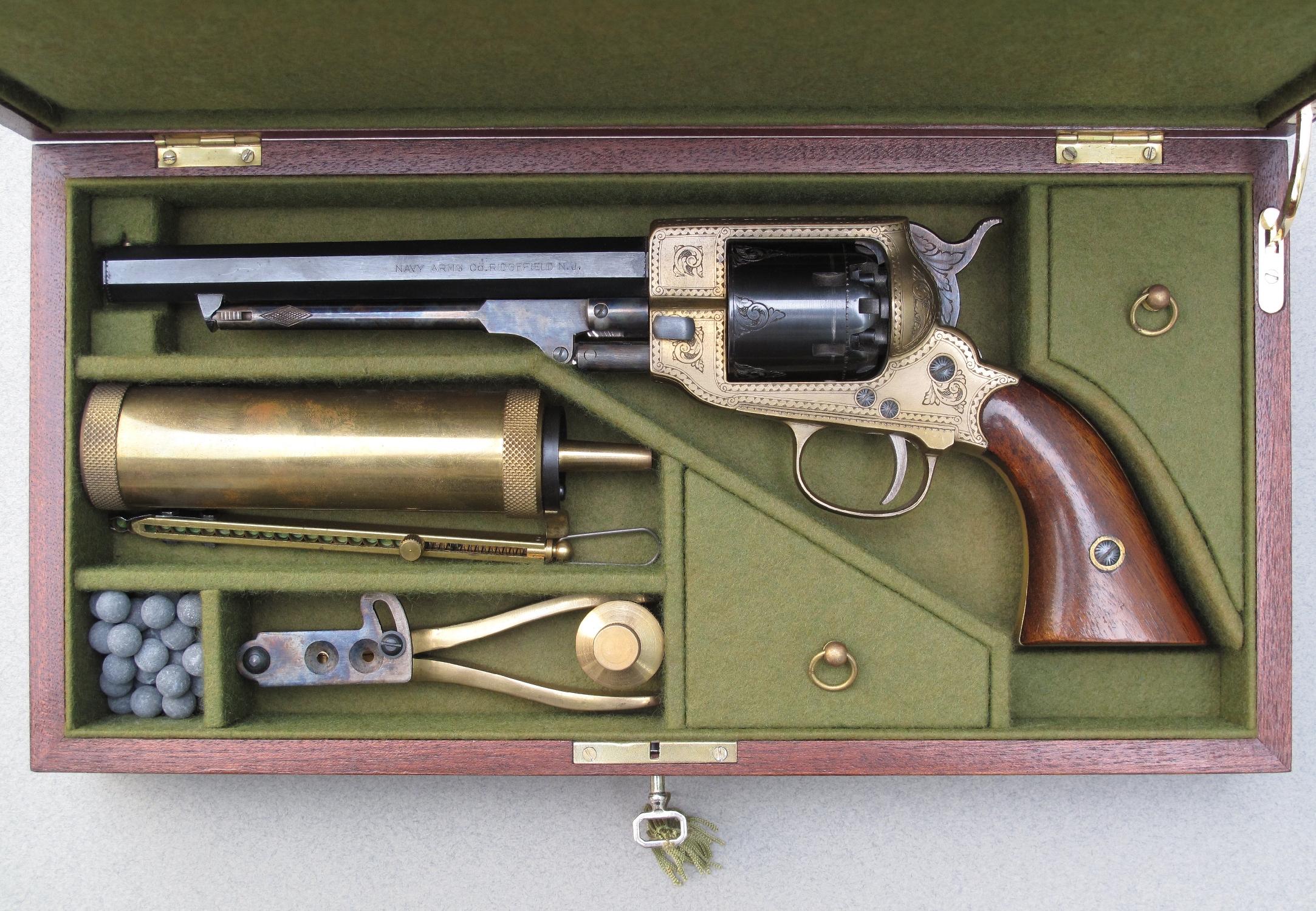 Superbe réplique gravée à la main de revolver confédéré Spiller & Burr de calibre .36, numéro de série 972, fabriquée en Italie pour la firme américaine Navy Arms, présentée dans une réplique artisanale de coffret en acajou réalisée par le français Rémi Bourgeois, accompagnée par des répliques modernes d'accessoires d'époque : poire à poudre, distributeur d'amorces, moule à balles, huilier...