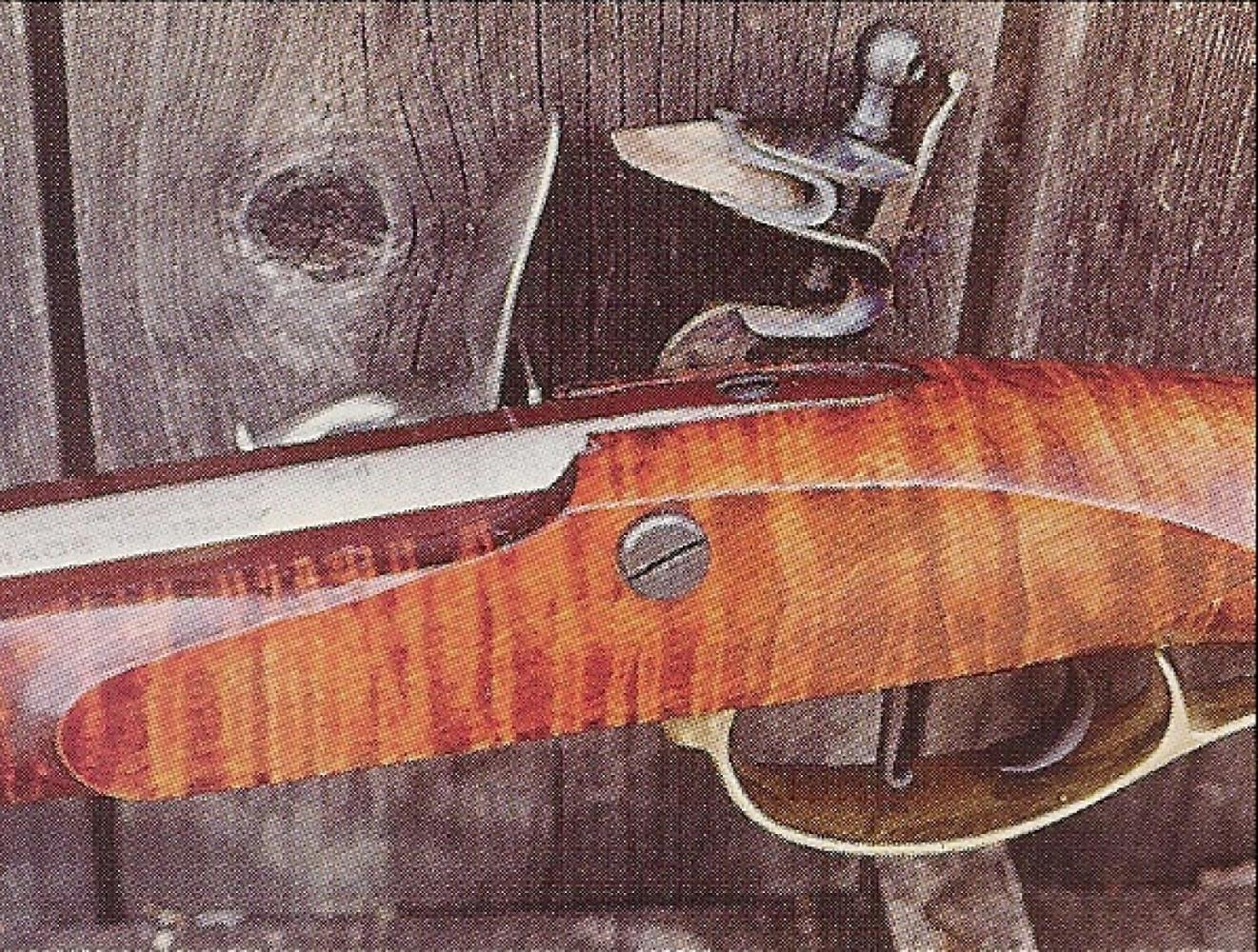 Cette réplique sobre et élégante comporte une platine à silex, la mise à feu par capsule au fulminate ne se généralisant qu'à partir des années 1830.