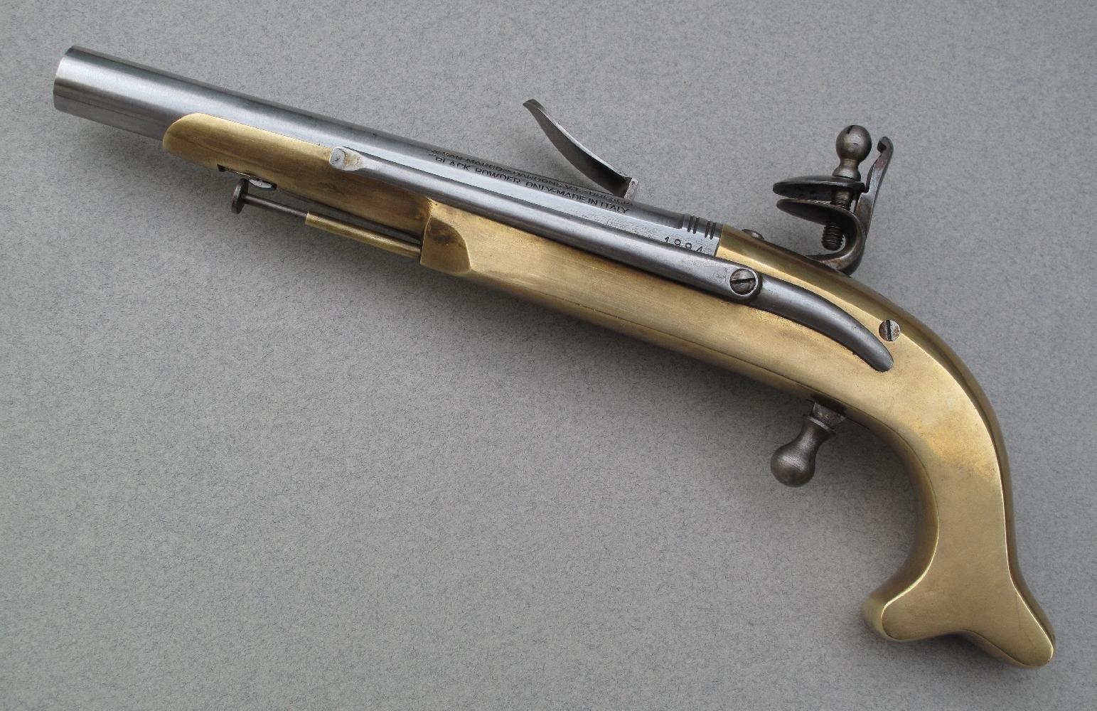 Les pistolets écossais des Highlands, dont ce modèle est une réplique, se singularisent par leur monture métallique, en bronze ou en acier, par leur talon de poignée en forme de cornes ou comme ici de queue de carpe et par le présence d'un crochet de ceinture.