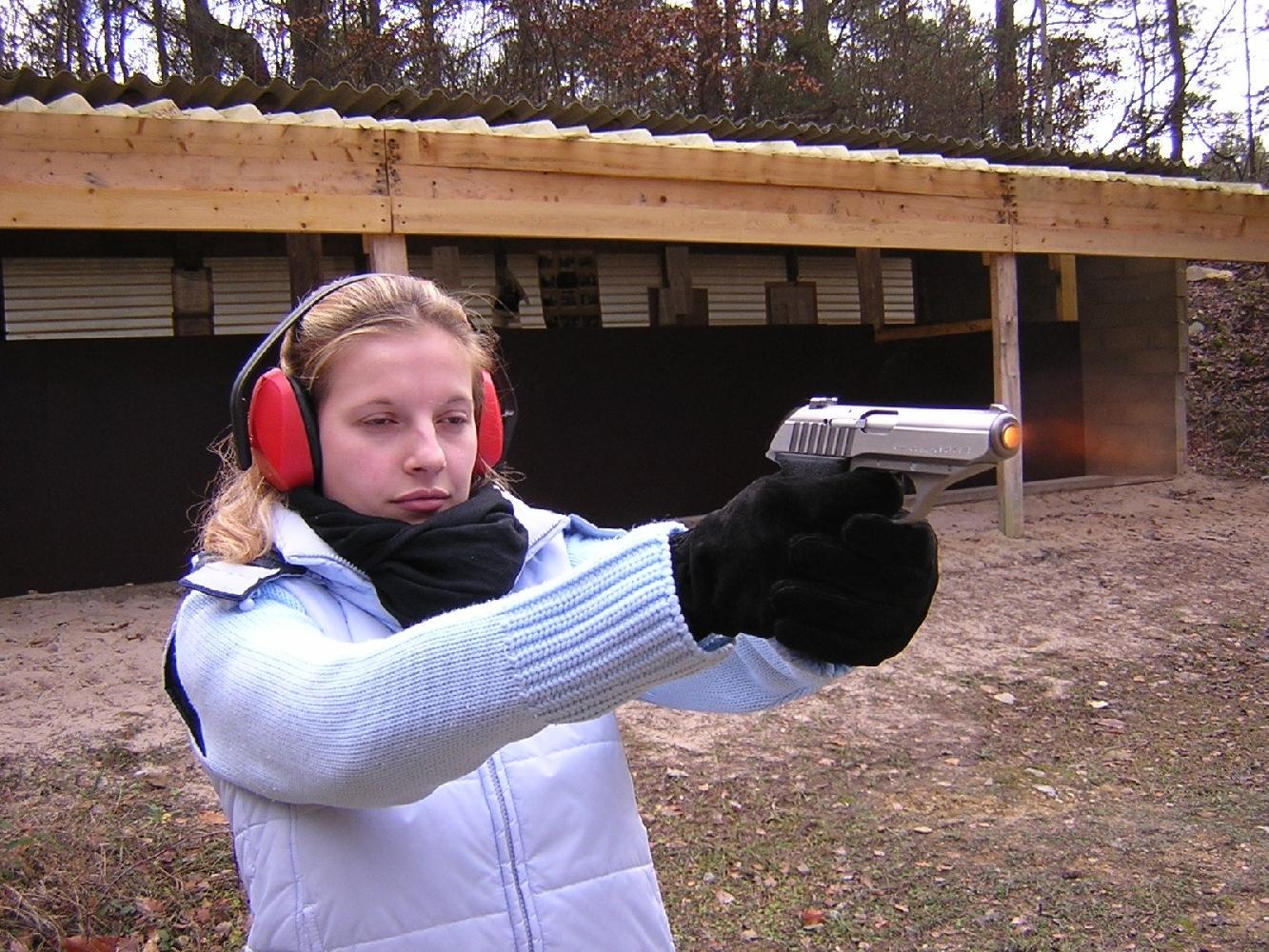 Cette vue a été prise à l'instant même où la balle quitte la bouche du canon : la culasse est encore fermée et l'arme n'a pas entamé son mouvement de recul et de relèvement.