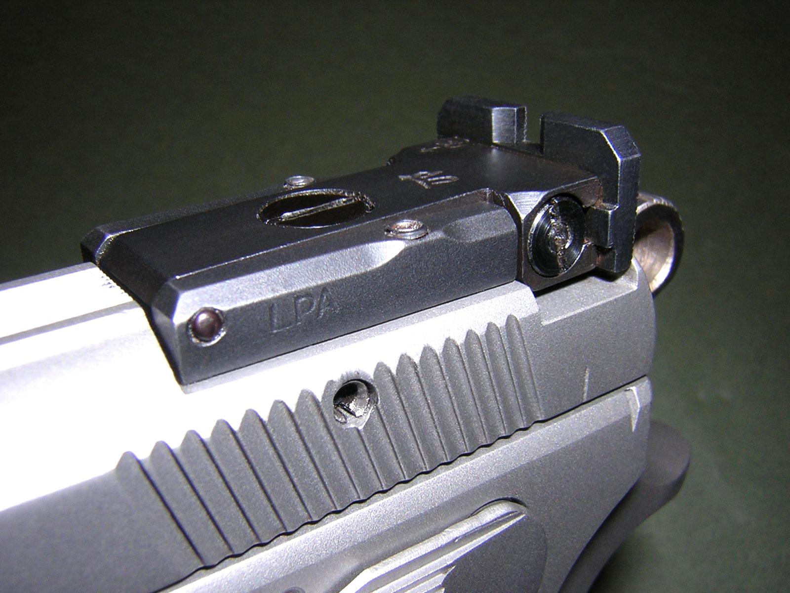 La version « Sport » du CZ-75 B inox customisée par l'armurerie FMR, que nous avons utilisée pour nos essais, se démarque notamment par sa hausse micrométrique LPA encastrée à l'arrière de la culasse à glissière. Robuste et bien conçue, parfaitement d'équerre avec l'arme, cette hausse munie d'une visière large aux angles bien nets correspond parfaitement aux critères du tir sportif.