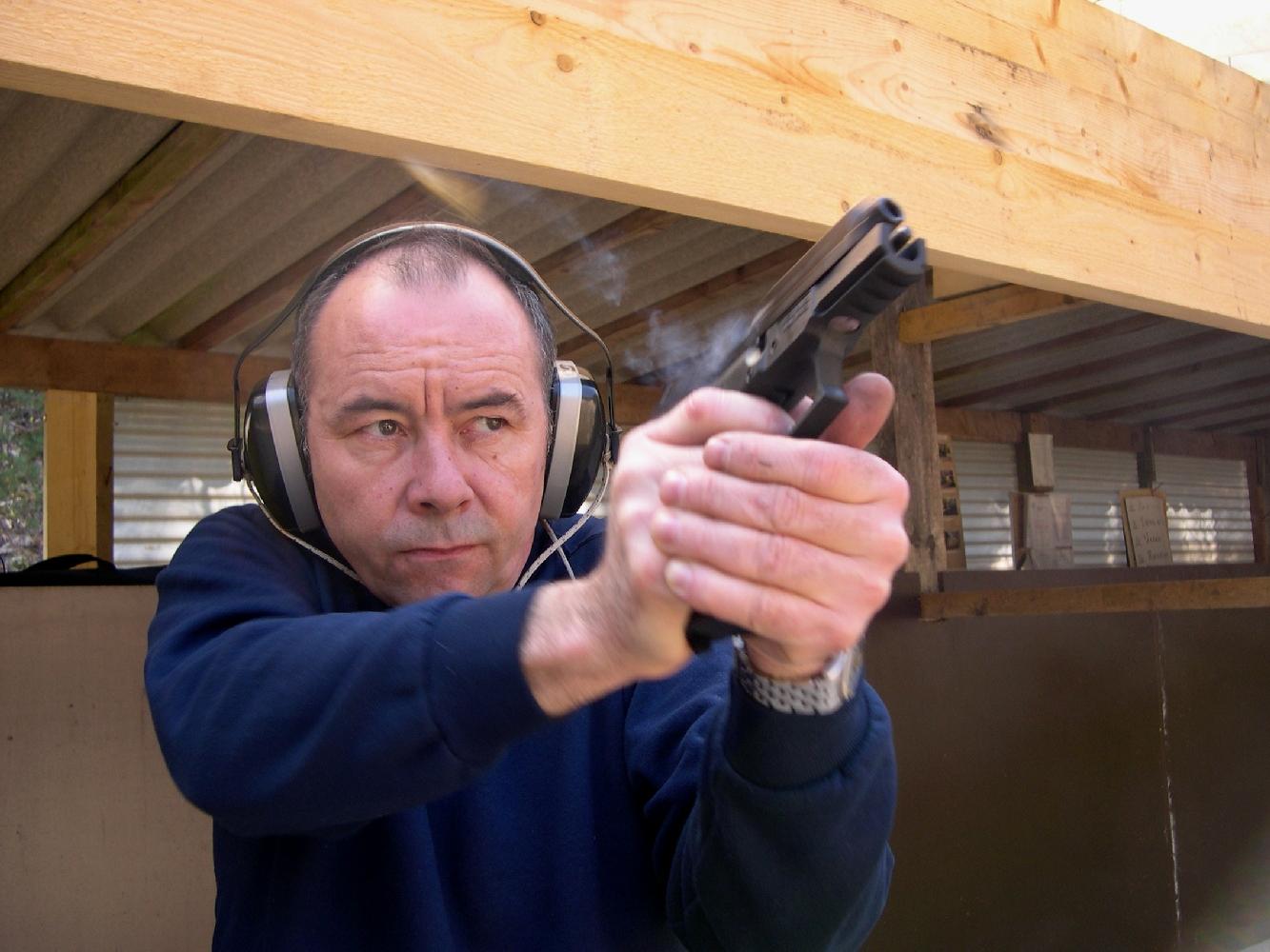 Les utilisateurs du SIG apprécieront tout particulièrement la douceur de la double action, dont la course très régulière permet d'effectuer un tir de précision en amenant lentement le chien au cran d'armé comme s'il s'agissait d'un revolver.