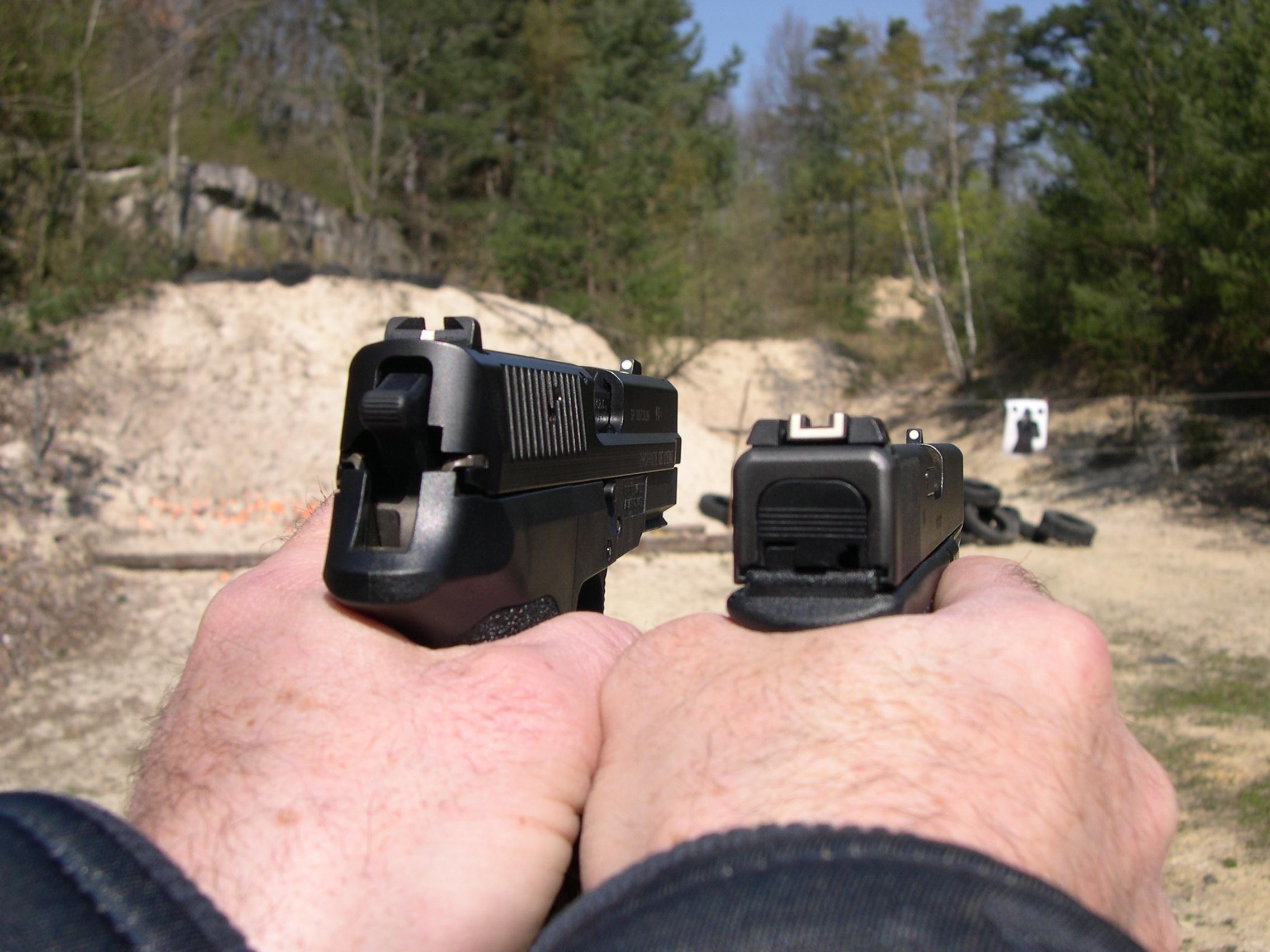 Cette comparaison entre la prise en main du SIG et celle du Glock indique clairement la différence que ces deux pistolets présentent au niveau de la hauteur sur la main de leurs éléments de visée.