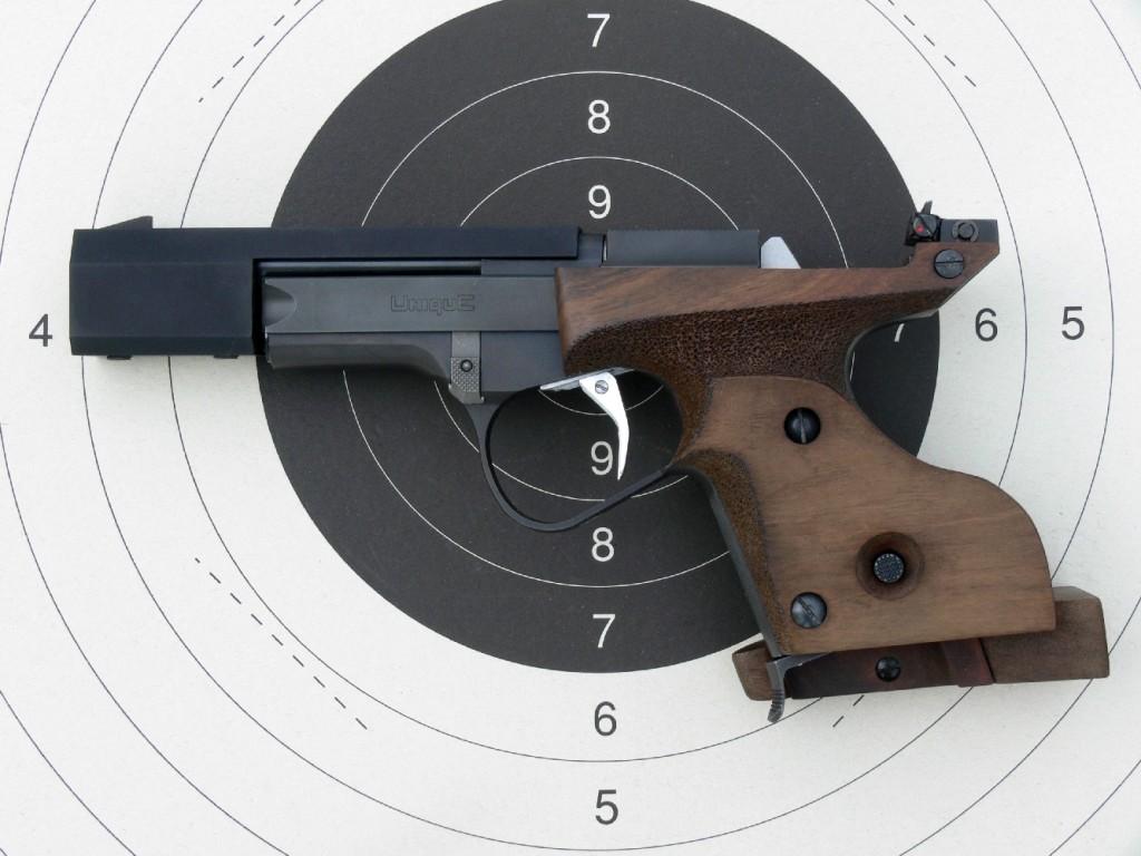 La silhouette du DES/69-U permet d'observer la position très basse sur la main de la ligne de mire ainsi que l'importance accordée à l'ergonomie de la poignée et de la détente.