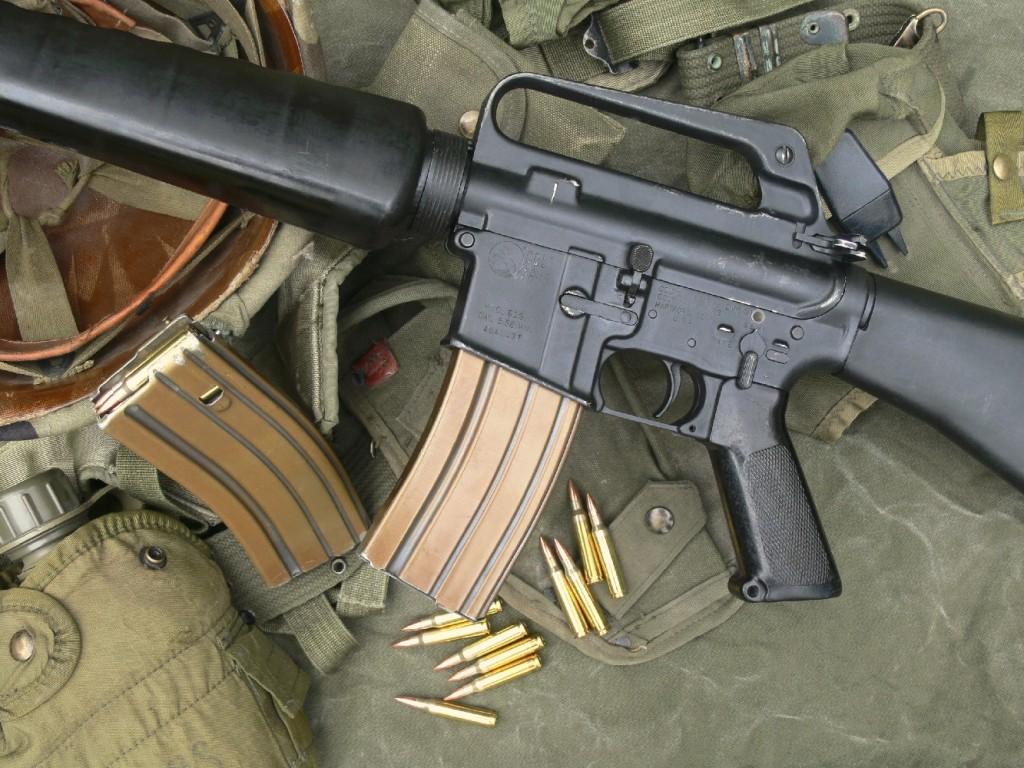 Le fusil d'assaut M 16 A1 se démarque par sa légèreté, due à l'emploi de matériaux modernes : alliage d'aluminium pour la boîte de culasse et les chargeurs ; matières plastiques à haute résistance pour le garde-main, la poignée pistolet et la crosse d'épaule. L'exemplaire que nous avons testé est ici entouré d'accessoires utilisés par les GI's : casque, brelages et porte chargeurs.