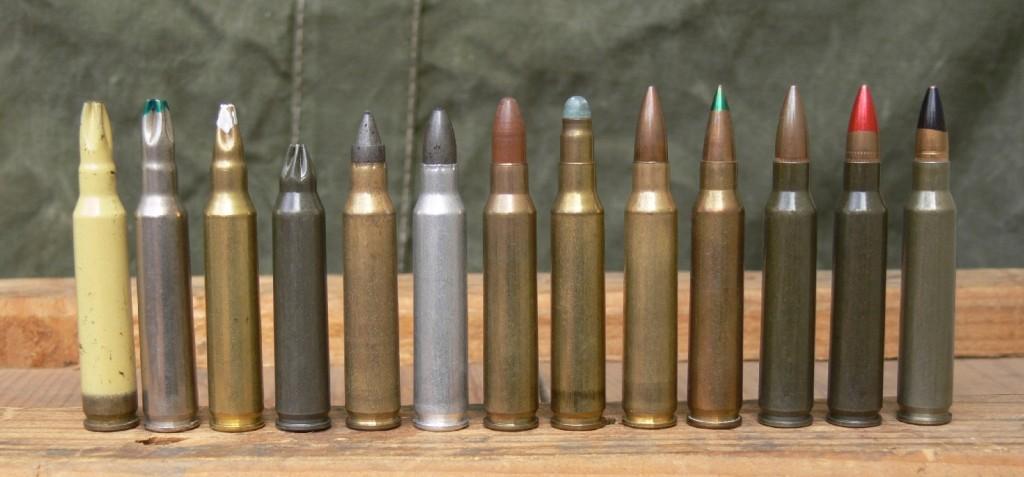 Petite collection de munitions de calibre .223 Remington (appellation américaine de notre calibre réglementaire 5,56 mm OTAN), de gauche à droite : trois cartouches à blanc (douille peinte en beige, nickelée, laiton) ; une « feuillette » pour propulser une grenade ; deux frangibles pour tir réduit ; une Simunition « Green-field » ; une Fiocchi pour le tir réduit ; une ordinaire civile ; une subsonique (pointe verte) ; une réglementaire SS109 OTAN ; une traçante (pointe rouge) ; une perforante (pointe noire).