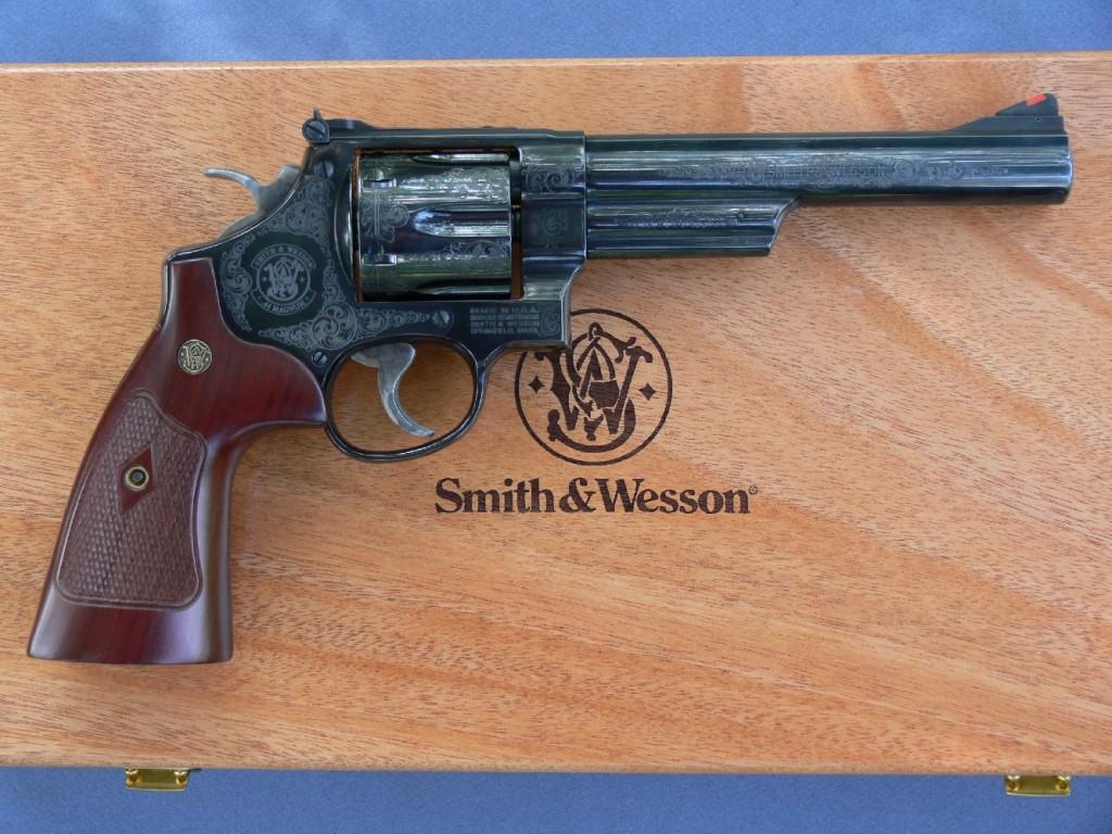 Smith & Wesson a œuvré pour donner à son nouveau modèle 29 l'apparence de l'arme originale lancée en 1955, tout en conservant les diverses améliorations qui ont assuré la fiabilité et la sécurité des versions plus modernes. Cette version 29-10 se démarque par sa finition luxueuse, constituée par un superbe bronzage bleu-noir pour protéger sa fabrication en acier au carbone, et par ses gravures discrètes et élégantes.