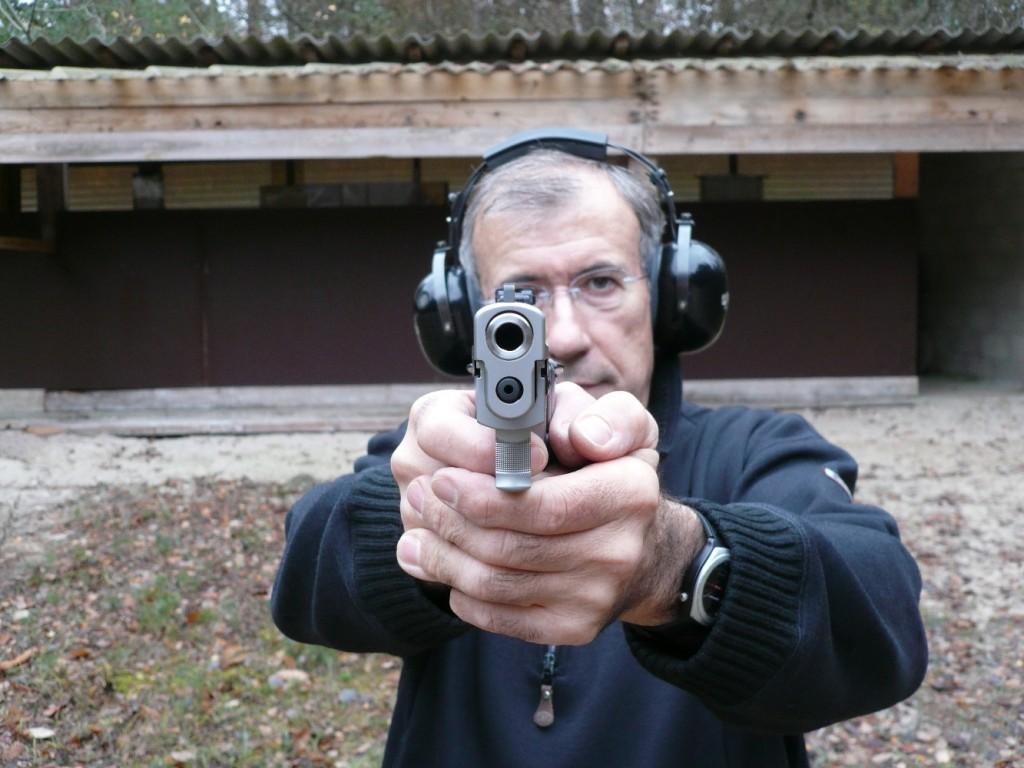 Lourd, en raison de sa construction en acier inox massif, mais très bien équilibré, ce pistolet révèle son potentiel lors des tirs rapides en Weaver stance.