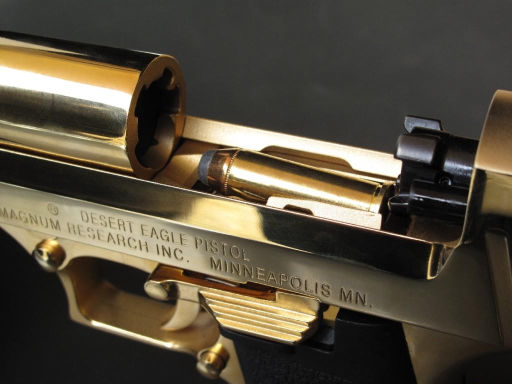 Avec sa grosse cartouche de calibre .44 Magnum positionnée face à la rampe d'alimentation, le Desert Eagle fait irrésistiblement penser à une pièce d'artillerie.