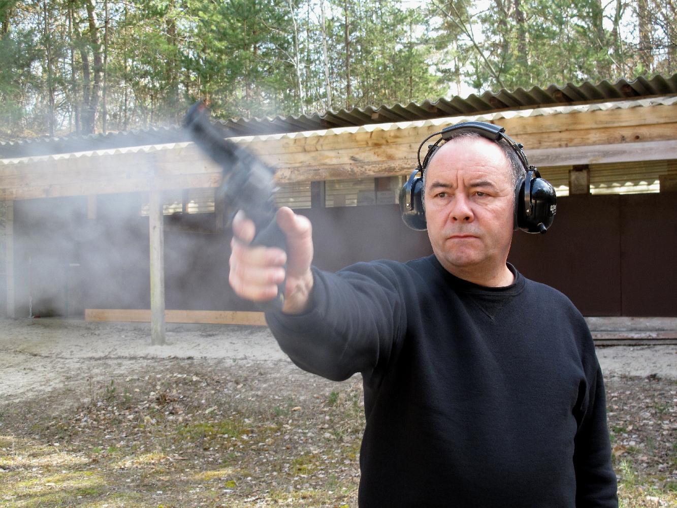 Pour qui se limite aux munitions de calibre .44 Special, ce revolver se révèle très agréable à tirer à bras franc mais les munitions de calibre .44 Magnum génèrent un recul brutal et un relèvement important, obligeant le tireur à serrer très fermement la poignée.