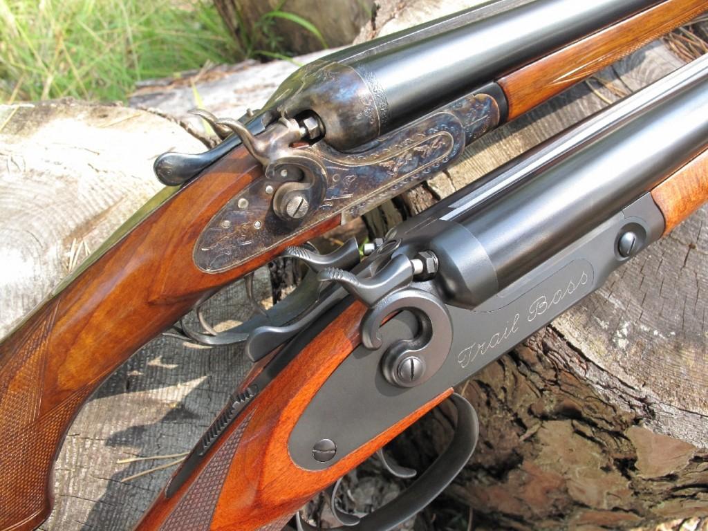 Le Trail Boss, de la firme polonaise Pioneer Arms, est un fusil juxtaposé de type coach gun, autrement dit un fusil de chasse dont les canons ont été raccourcis dans le but d'en faire une arme de défense. Il est doté d'un verrouillage de type Greener et de platines à chiens externes rebondissants, lesquels permettent de visualiser instantanément si l'arme est prête à faire feu ou si elle est en position de repos (chiens à l'abattu).
