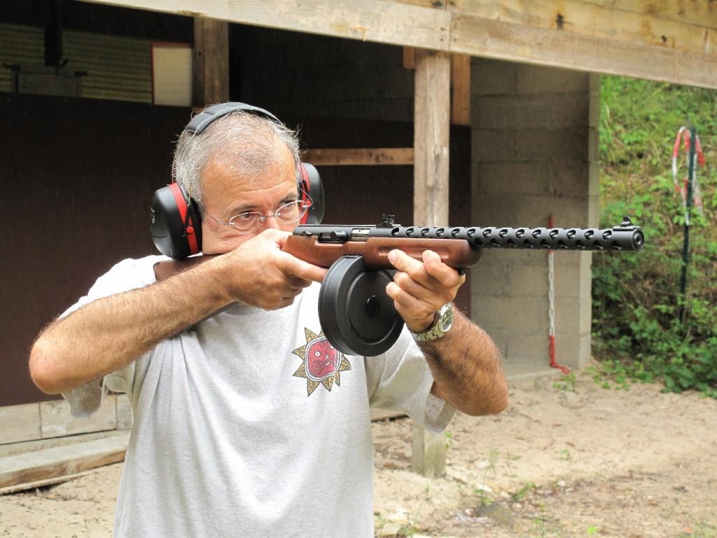 Cette carabine semi-automatique de petit calibre constitue une arme de loisir particulièrement ludique, à défaut d'être efficace. Elle n'est guère précise en cible et son fonctionnement est capricieux. Il convient de privilégier les munitions à haute vitesse, de type High Velocity ou Hyper Velocity, afin de minimiser les risques d'enrayage, encore cela ne suffit-il pas toujours pour être à l'abri d'un incident de tir. Mais quand elle veut bien fonctionner, vider un chargeur de plus de cinquante coups en une poignée de secondes reste une expérience mémorable !