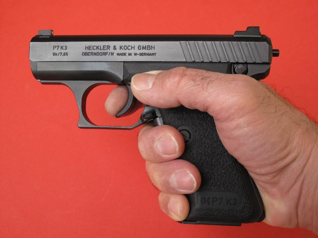 Ce pistolet présente un mode opératoire bien particulier, auquel l'utilisateur doit s'habituer : - Lors du dégainé, il ne doit pas activer l'armement du percuteur, auquel cas la sécurité ne jouerait plus. C'est ce qui explique pourquoi la pédale d'armement présente une résistance non négligeable. - S'il désire ouvrir le feu, ou être en mesure de le faire de façon instantanée, il doit activer la pédale d'armement en pressant assez fortement la poignée (7 kilos environ). La partie nettement proéminente du percuteur, à l'arrière de la culasse, lui indique alors clairement que son arme est prête à faire feu. - La pédale d'armement étant actionnée, l'utilisateur peut alors conserver cette position aussi longtemps qu'il le souhaite, puisqu'il suffit d'une très faible pression de la main sur la poignée (800 grammes) pour maintenir le percuteur armé. Rester dans cette position équivaut à brandir un revolver dont on a armé le chien.