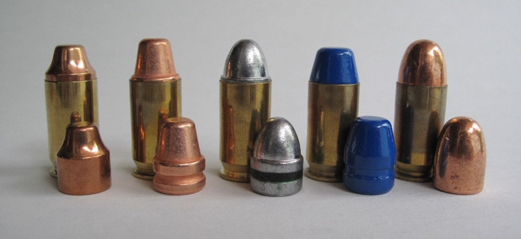 Quelques-unes des cartouches de calibre .45 ACP que nous avons rechargées pour ce banc d'essai, de gauche à droite : balle IMI 185 grains SWC blindée ; balle MPF 190 grains (poids réel 185 grains) SWC cuivrée ; balle MPF 200 grains Lead Round Nose en plomb graissé ; balle ARES 225 grains FPBBEPRX en plomb recouvert de peinture époxy ; balle Remington 230 grains FMJ Leadless intégralement cuivrée.