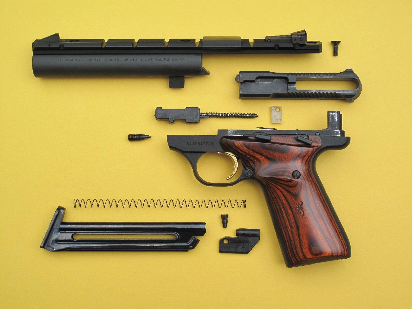 Le démontage sommaire de l'arme, pour effectuer le nettoyage après le tir, nécessite l'utilisation de deux clefs hexagonales : une de 7/64 pouce (2,78 mm) pour dégager le tenon de fixation du canon et une de 3/32 pouce (2,38 mm) pour libérer la partie arrière du rail. Ces clefs, qui n'ont pas d'équivalent en système métrique, sont fournies avec l'arme.