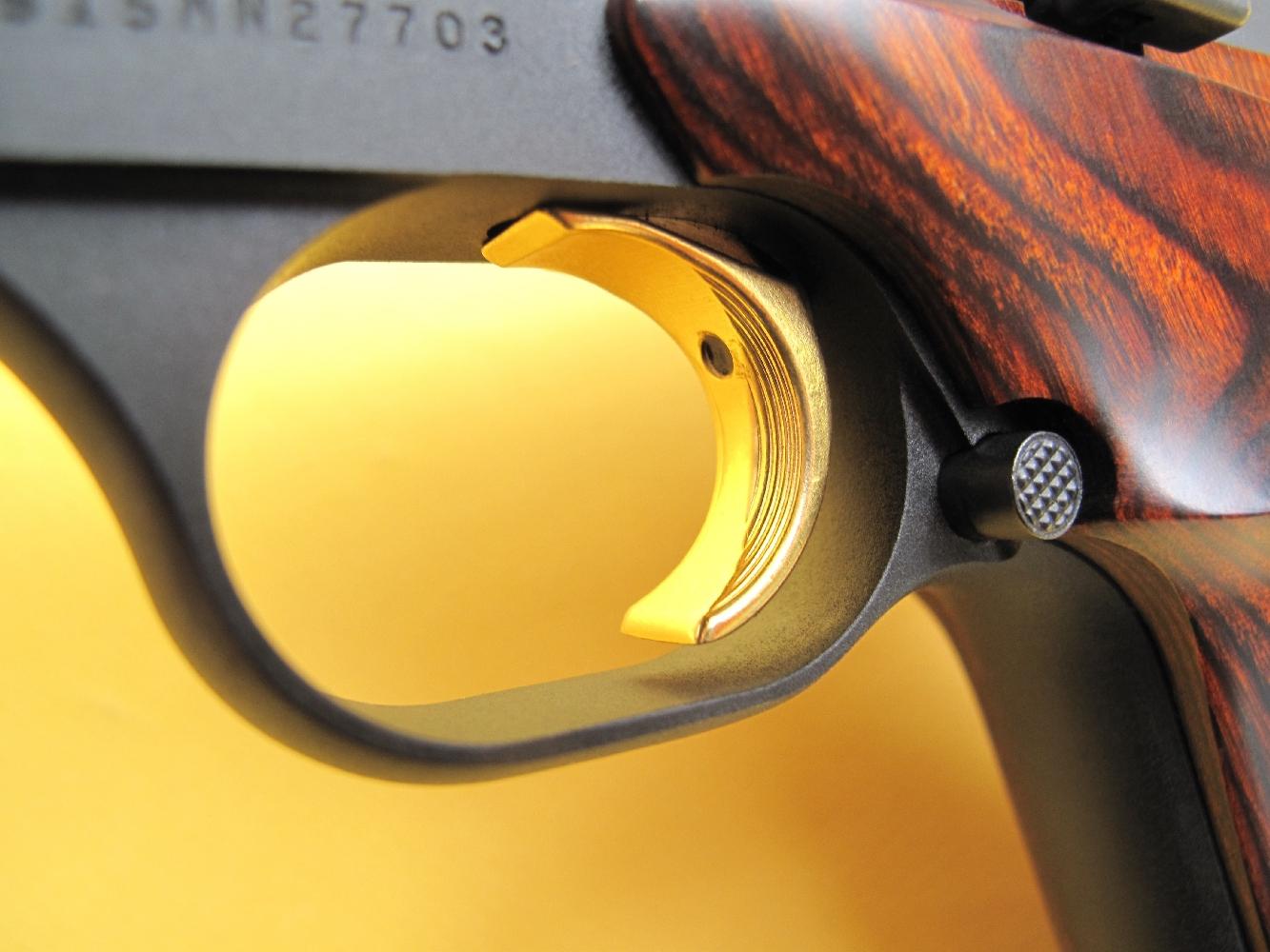 La queue de détente, dont on remarquera au passage la très belle finition dorée, dispose d'une vis de réglage de butée (backlash).