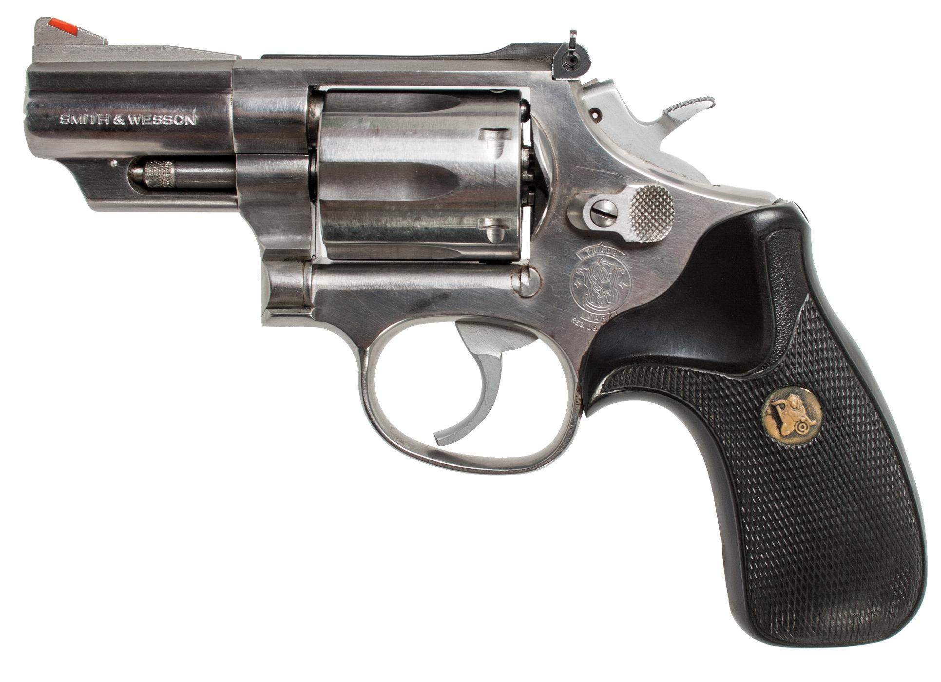 Cet autre exemplaire de S&W modèle 66-3 à canon de 2 pouces ½ est muni quant à lui de plaquettes Pachmayr en néoprène.