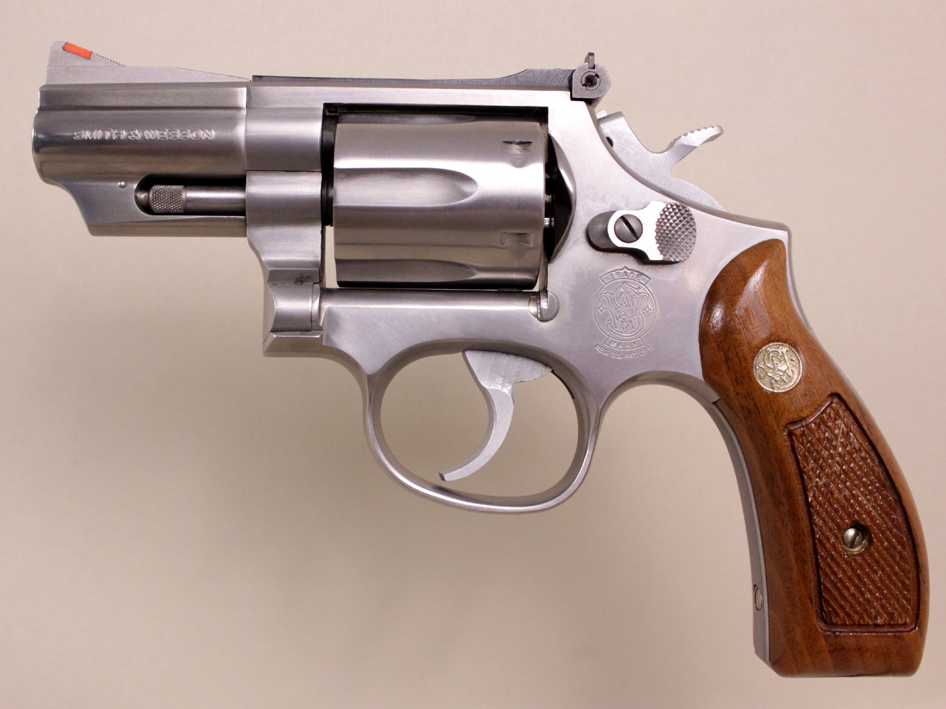 Revolver Smith & Wesson modèle 66-3 à canon de 2 pouces ½ muni de ses plaquettes en bois d'origine.