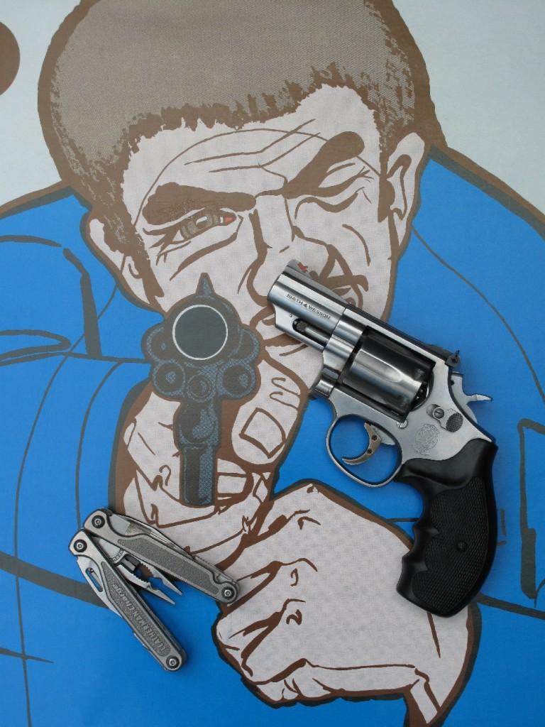 Le S&W modèle 19 « Combat Magnum », lancé par Smith & Wesson en 1956, est un revolver à six coups en calibre .357 Magnum élaboré sur la base de la carcasse « K », sensiblement plus compacte et légère que la carcasse « N » habituellement utilisée par les revolvers de ce calibre. A la demande de la Police nationale française, S&W produisit un petit nombre de modèles 19 à canon de 3 pouces, qui furent attribués à la direction centrale de la Police Judiciaire, à la direction régionale de la Police Judiciaire de Paris et aux Voyages Officiels. Le modèle 66, qui constitue la version en acier inoxydable du modèle 19, fit son apparition en 1970. Le S&W modèle 68, adopté par la « California Highway Patrol », est une version du Model 66 munie d'un canon de 6 pouces et chambrée en calibre .38 Special uniquement. Le modèle 66 présenté ici est doté d'un canon de 2 pouces ½.