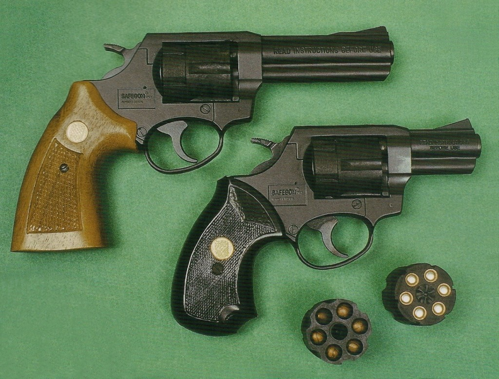Le revolver Safegom « Magnum » (au-dessus) diffère uniquement de la version classique à canon de 2 pouces ½ par son canon plus long (4 pouces) et sa poignée qui reçoit des plaquettes de crosse en bois à la place des plaquettes en caoutchouc.