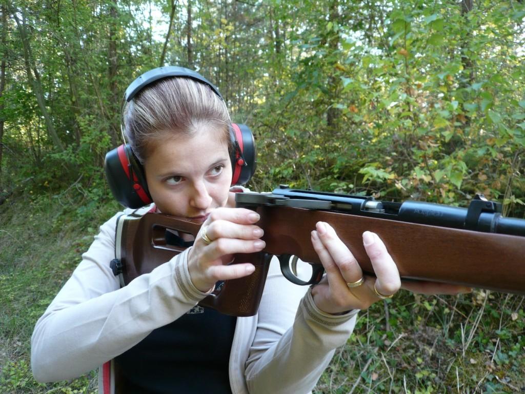 Dérivée des modèles de biathlon, cette carabine à répétition de petit calibre bénéficie d'un ingénieux système de levier d'armement rapide, un peu à l'image du système adopté par nos voisins suisses en 1889 pour leur fusil réglementaire d'infanterie Schmidt Rubin.