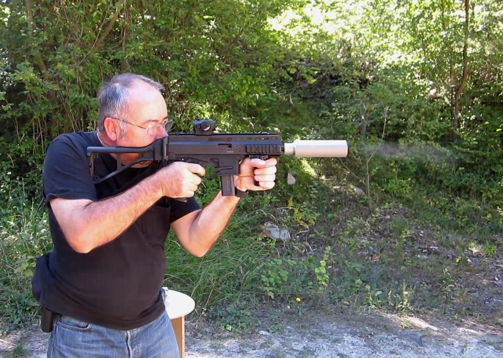 Le modérateur de son finlandais ASE UTRA se révèle très efficace, puisqu'il permet de tirer sans protection auditive, pour peu qu'on prenne soin de choisir des munitions subsoniques.
