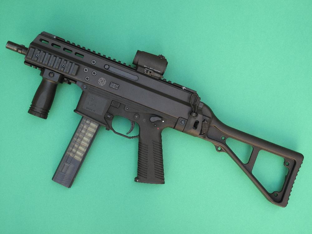 Ce modèle atypique se situe à la croisée des chemins entre les armes de poing et les armes d'épaule.