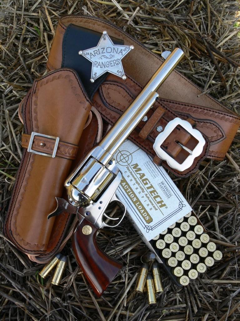 Le revolver Beretta modèle « Stampede », copie du Colt Single Action Army 1873, est ici accompagné d'accessoires western et de cartouches « Cowboy Action Loads » manufacturées par la firme brésilienne Magtech, qui reçoivent un projectile en plomb non chemisé et développent une puissance modérée afin de répondre aux critères exigés par le règlement de la discipline CAS (Cowboy Action Shooting).