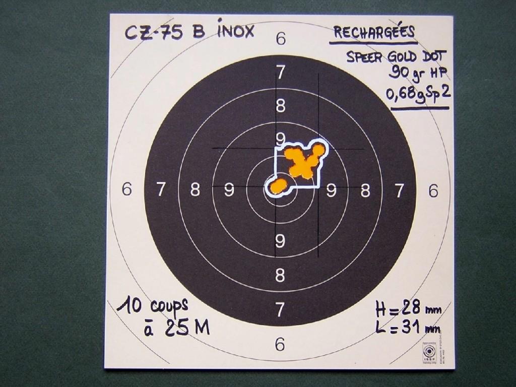 Cible tirée sur appui à 25 mètres avec des munitions rechargées au moyen de balles expansives Gold Dot de 90 grains poussées par une charge de 0,68 g de poudre Vectan Sp2. Ces balles très rapides (moyenne de 529 m/s de moyenne) se révèlent également extrêmement précises puisque l'écart maximum (écart centre à centre entre les deux impacts les plus éloignés) est de 41 mm, le 10 de la C50 mesurant 50 mm de diamètre.
