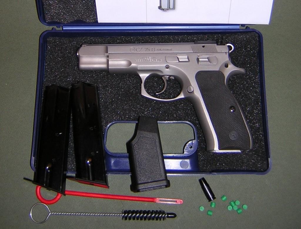 L'arme est livrée dans une mallette de transport, accompagnée d'un certificat de garantie, d'une cible-test, d'un manuel d'utilisation, de deux chargeurs, d'un outil d'aide au remplissage des chargeurs (superflu, ils sont très faciles à garnir), d'une brosse et d'un tire-chiffon pour le nettoyage du canon.
