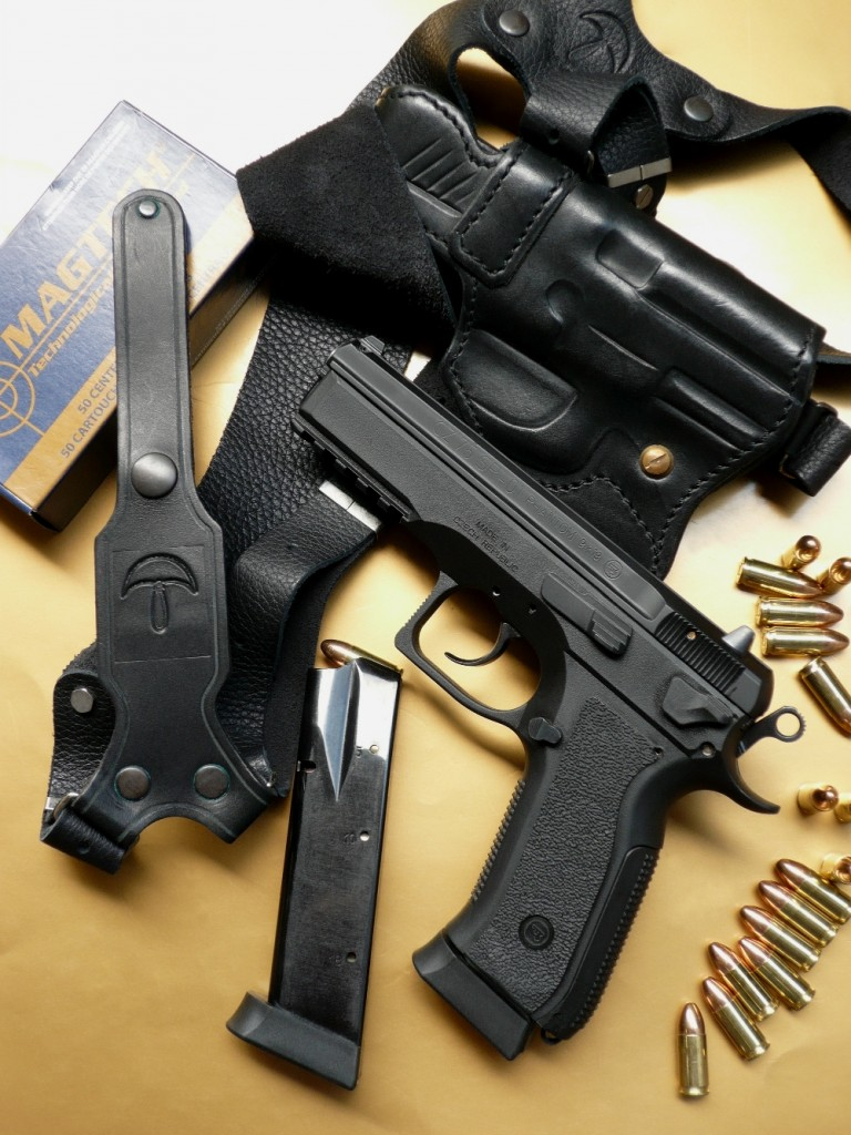 Le CZ-75 SP-01 « Phantom », qui reprend les principales caractéristiques du SP-01 standard, se démarque radicalement par sa carcasse en polymère avec dos de poignée interchangeable et par la présence d'un levier de désarmement en lieu et place du levier de sûreté. Il est ici accompagné de munitions de calibre 9 Para manufacturées au Brésil par Magtech et d'un holster d'épaule en cuir réalisé en France par l'entreprise La Sellerie.