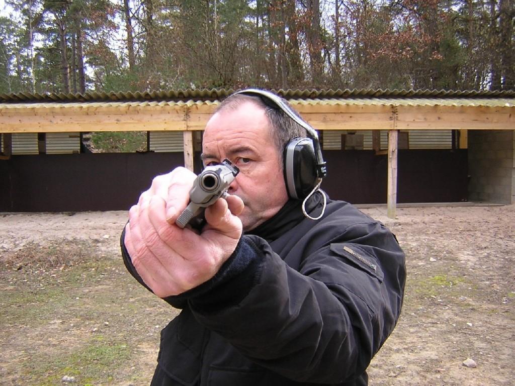 Position correcte pour un tireur droitier dont l'oeil gauche est directeur, l'inclinaison de son arme lui permettant de tirer et de progresser au cours d'un combat tout en gardant les deux yeux ouverts afin de mieux prendre en compte son environnement.