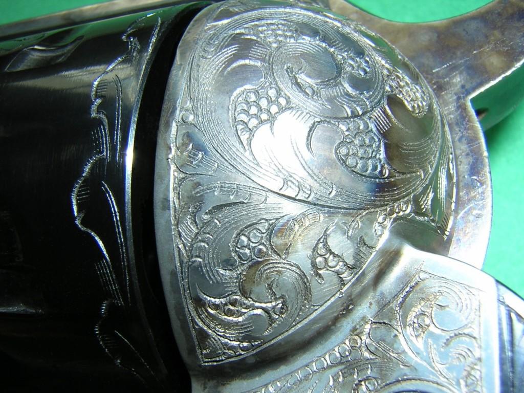 De très belles gravures, réalisées à la main dans le style des armes américaines de l'époque, sont appliquées sur l'ensemble des éléments constitutifs de la réplique Uberti : carcasse, canon, barillet, portière de chargement, armature de la poignée…