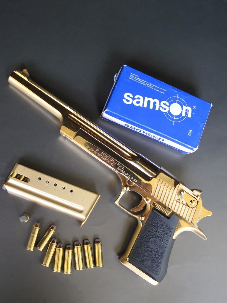 Dans cette configuration, avec son canon de dix pouces et son éblouissante finition « 24 Karat Gold plated », le pistolet Desert Eagle se révèle encore plus impressionnant que le modèle standard, pourtant déjà peu discret en raison de ses dimensions hors normes. Réalisé avec une grande rigueur et fini avec soin, il prend l'aspect d'une arme d'apparat. Mais ne vous y trompez pas : cette version hors du commun n'est pas destinée à être exposée dans une vitrine ; elle est parfaitement utilisable sur le terrain ou dans votre stand de tir habituel.