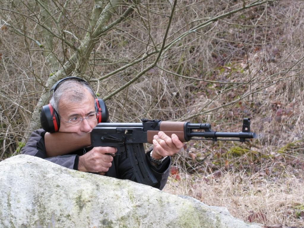 La firme allemande GSG (German Sport Guns) lance cette copie du fusil d'assaut AK-47, plus connu sous sa dénomination de Kalashnikov, du nom de son inventeur. Il s'agit d'une adaptation réalisée sous licence, chambrée en calibre .22 Long Rifle et fonctionnant en mode semi-automatique. Elle n'en reprend pas moins l'aspect, les dimensions et les principales fonctionnalités de l'arme militaire, à ceci près que la position intermédiaire du sélecteur, qui permettait le tir en rafales, a bien entendu disparu…