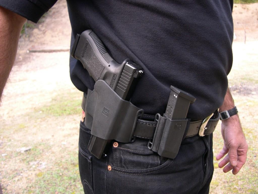Simple et peu onéreux, l'ensemble ambidextre holster et porte chargeur « Sport/Combat » moulé en polymère, conçu d'origine pour le pistolet Glock, se révèle à l'usage parfaitement fonctionnel malgré son apparente rusticité.