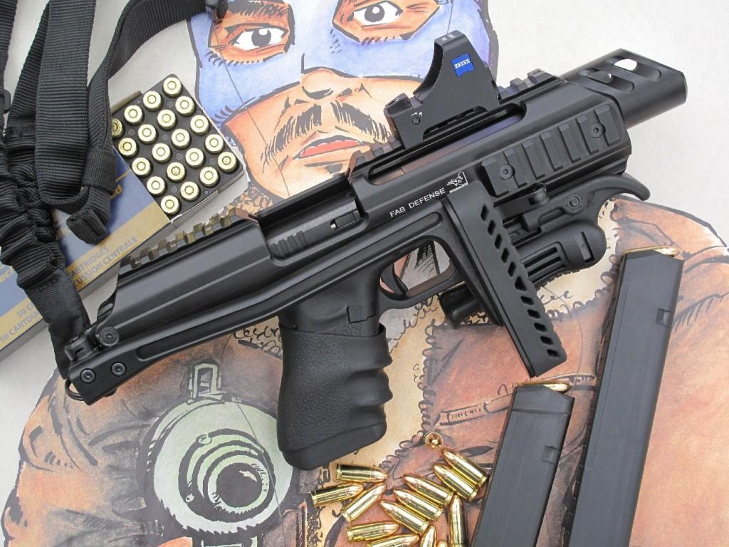 Nous avons profité du banc d'essai du Glock Gen4 pour tester le système « KPOS », de la firme israélienne FAB Defense, qui permet de transformer radicalement le pistolet Glock en une arme tactique compacte et polyvalente ressemblant à un fusil d'assaut. Le boîtier-crosse KPOS est livré avec une sangle d'épaule, une poignée repliable et un levier d'armement adaptable sur la culasse du Glock. Nous avons ajouté un viseur holographique Zeiss Compact Point, une lampe tactique Streamlight TLR-3 et un chargeur de 33 coups (chargeur de 31 coups muni d'un talon oblique).