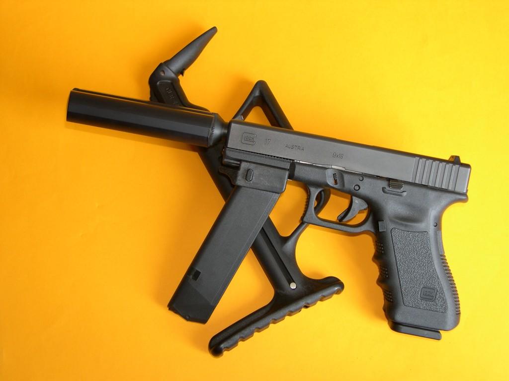 Le Glock 17, muni du silencieux Stopson SP1 et du talon GMFG permettant d'utiliser le chargeur de secours comme poignée d'appoint, est ici posé sur la crosse d'épaule télescopique instantanément adaptable. Ces accessoires nous sont apparus particulièrement intéressants par leur légèreté, leur compacité et leur facilité de mise en œuvre, puisqu'ils peuvent être installés sur l'arme sans outil avec une rapidité déconcertante.
