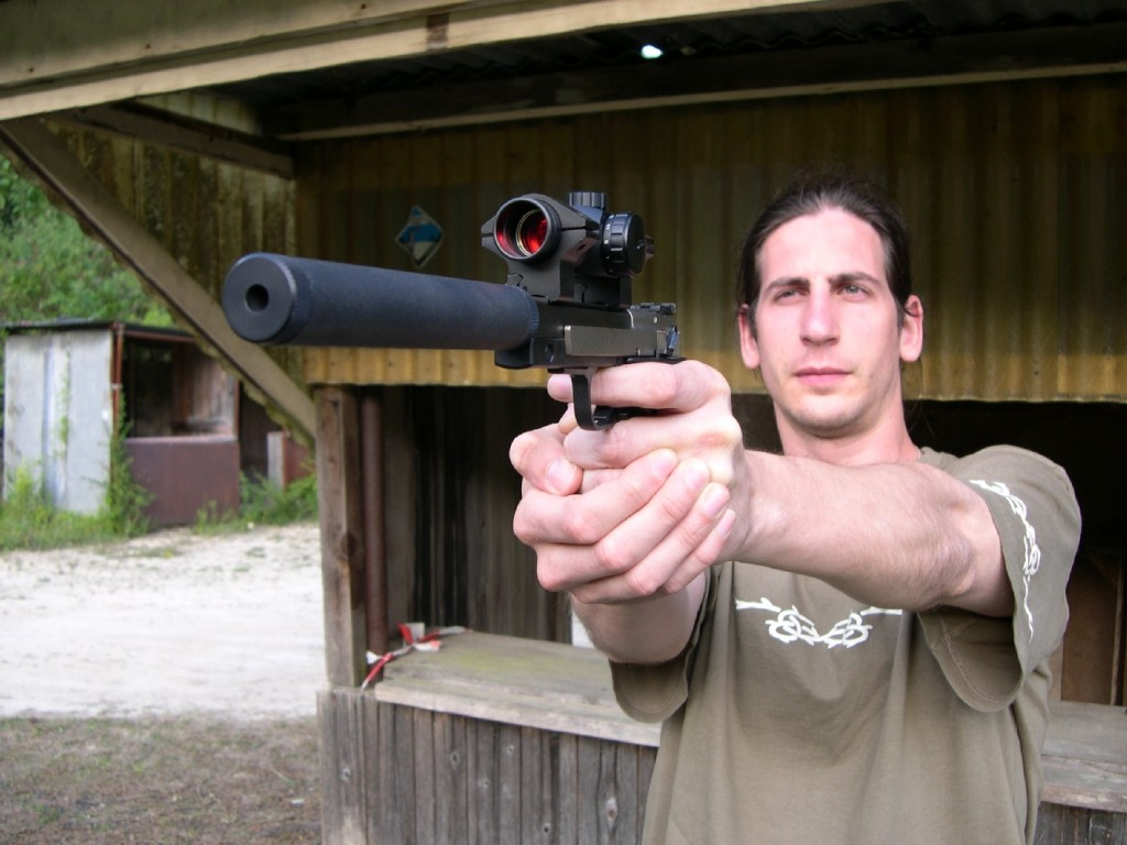 Doté d'une poignée ergonomique bien dessinée et d'une excellente détente, Le X-esse se révèle être un pistolet très agréable à utiliser dans le cadre d'un tir récréatif. Malgré son faible diamètre, le silencieux FMR empiète trop sur le guidon pour ne pas gêner la prise de visée, ce qui rend quasiment obligatoire le montage d'un système de visée optique.