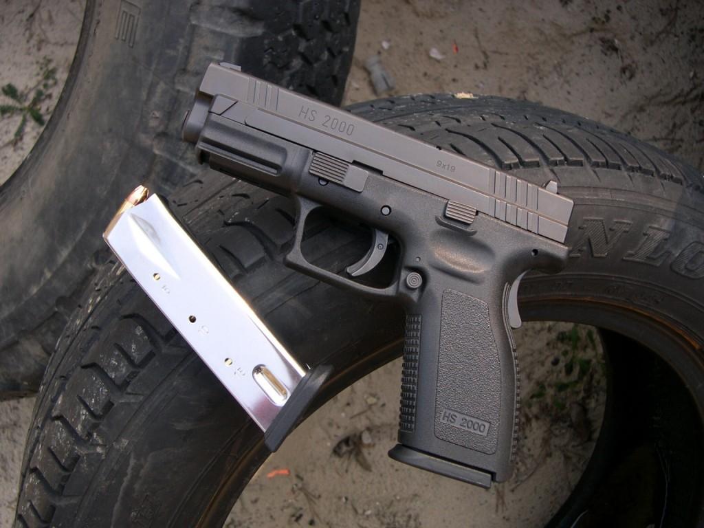 Les chargeurs du HS-2000, d'une capacité de 15 coups, sont réalisés en tôle d'acier et non pas en polymère comme ceux du Glock.