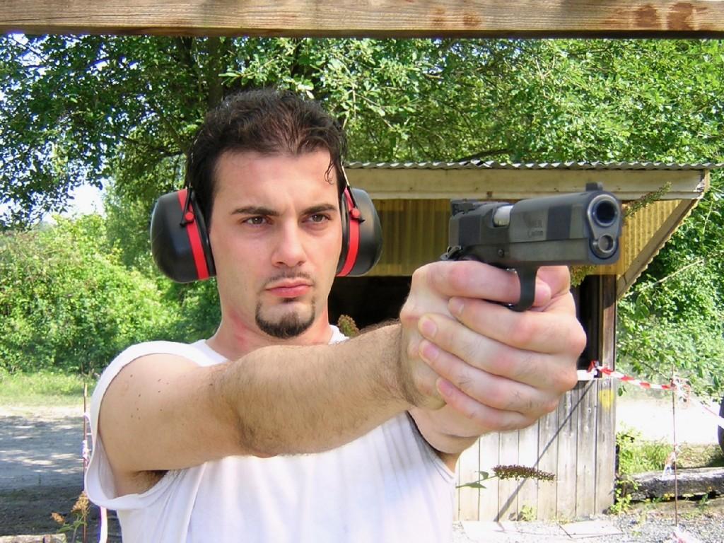 Ce pistolet, qui procure une bonne prise en mains et se révèle très bien équilibré, fait oublier son poids, dû à sa fabrication tout acier, poids qui constitue par ailleurs un précieux atout pour limiter le recul.