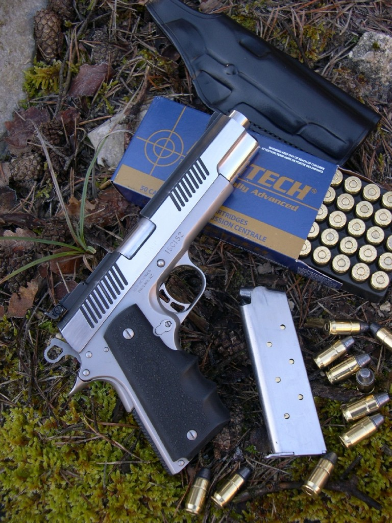 Quasiment inconnue en France, la petite firme américaine Detonics est chère au cœur des professionnels qui, outre-Atlantique, ont eu le privilège de compter parmi ses utilisateurs. Nombre d'entre eux n'ont de cesse, aujourd'hui, de louer ses mérites. Il faut bien reconnaître que les concepteurs des pistolets Detonics ont été des précurseurs et que leurs réalisations ont apporté plusieurs intéressantes innovations au bon vieux système Browning du Colt 1911-A1, à commencer par une déduction drastique des dimensions et l'absence de bague de centrage du canon (bushing), simplification rendue possible par le choix de ressorts hélicoïdaux multiples imbriqués les uns dans les autres.